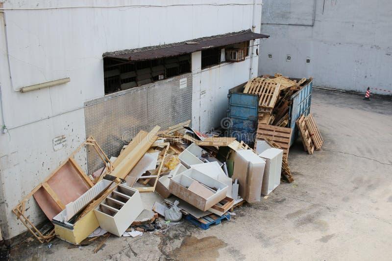 плохое избавление хлама водит к загрязнению окружающей среды стоковая фотография rf