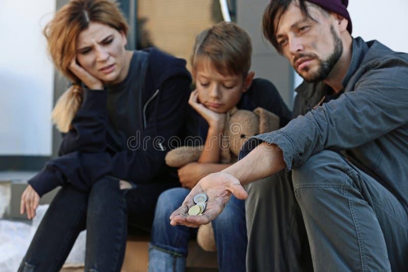 Плохой бездомный умолять семьи стоковые фотографии rf