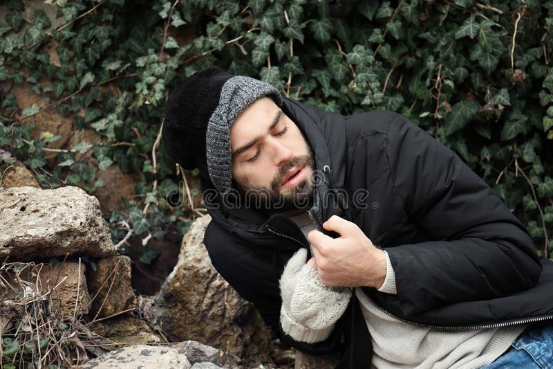 Плохой бездомный человек на улице стоковое изображение rf