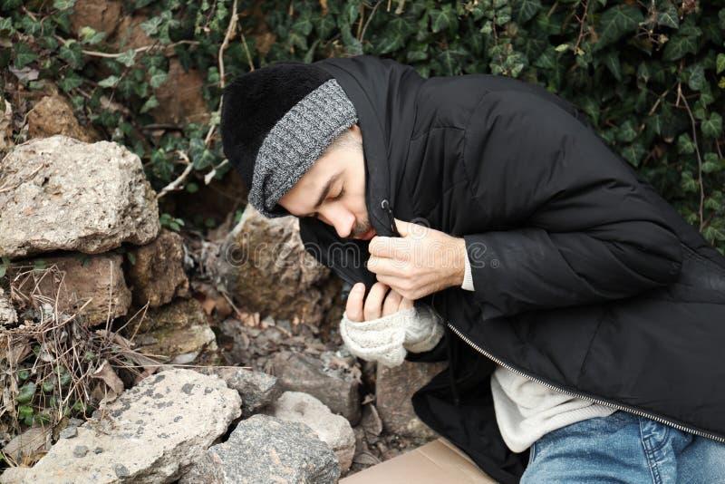 Плохой бездомный человек на улице стоковая фотография rf