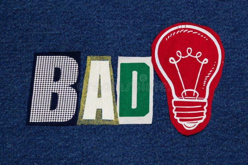 ПЛОХОЙ коллаж слова лампочки и текста идеи, красочная ткань на голубой джинсовой ткани, концепции дела стоковое изображение rf