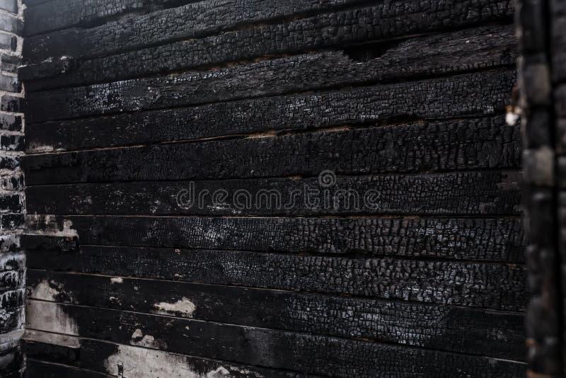 Плохо сгоренный, конец стены дома вверх стоковые изображения