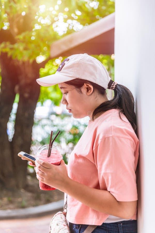 Плох привычка поведения современной молодой тучной девушки предназначенного для подростков ест больше десерта помадки сахара стоковые изображения