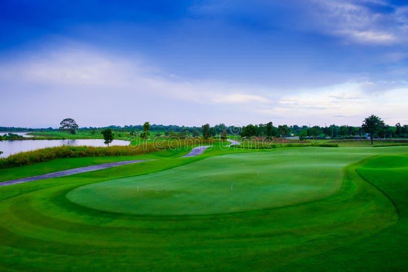 Площадка для игры в гольф зеленого цвета beautisul ландшафта стоковые фото