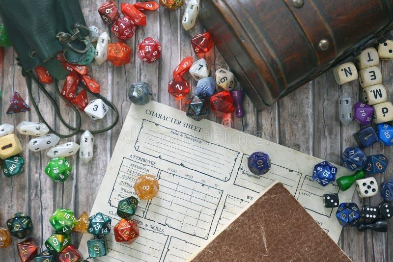 Площадка для игры в ролевые игры в Tabletop, состоящая из красочных RPG и игровых порошков, персонажей, книг правил и сокровищниц стоковое фото