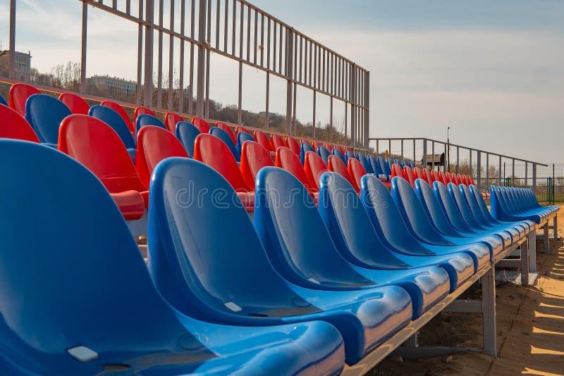 Площадка для пляжного волейбола со стойками зрителя без людей E стоковое изображение