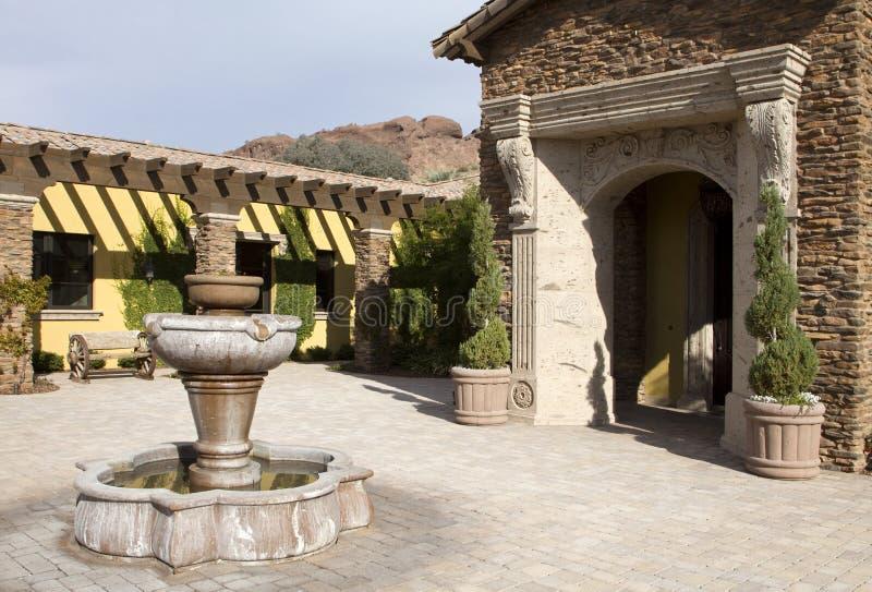 площадь домашнего хором фонтана напольная стоковое изображение rf