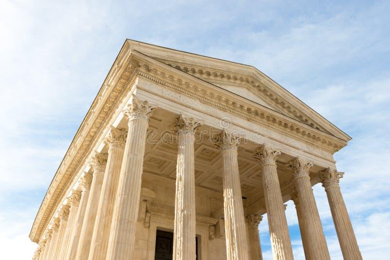 Площадь Мезон Карри в римском храме в Ниме, на юге Франции стоковое фото