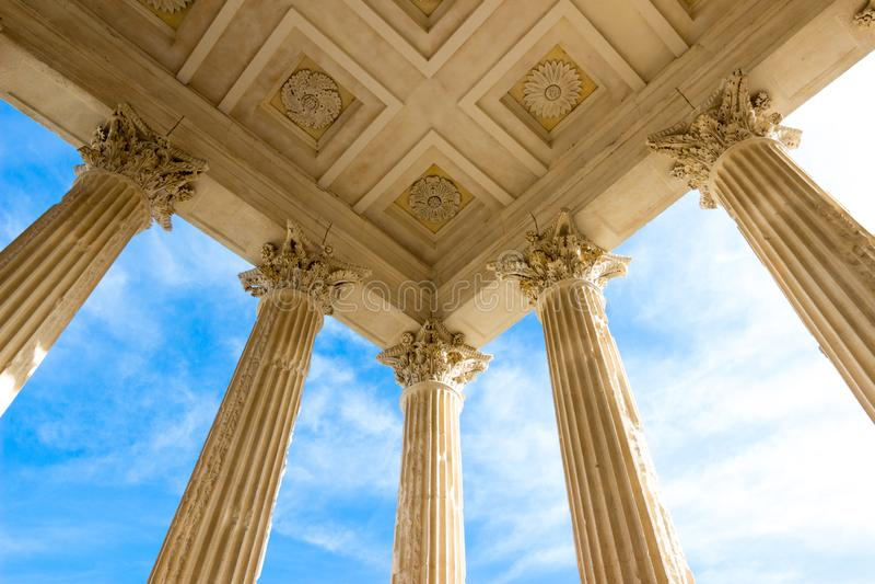 Площадь Мезон Карри в римском храме в Ниме, на юге Франции стоковые изображения