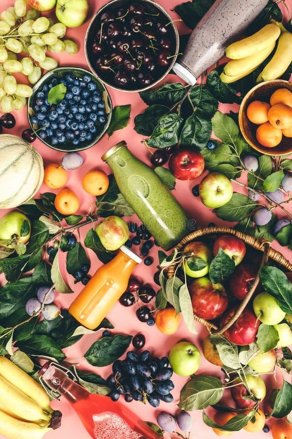 Площадь натуральных фруктов и ягод и свежесмешанный фруктовый смузи на розовом фоне стоковое фото rf