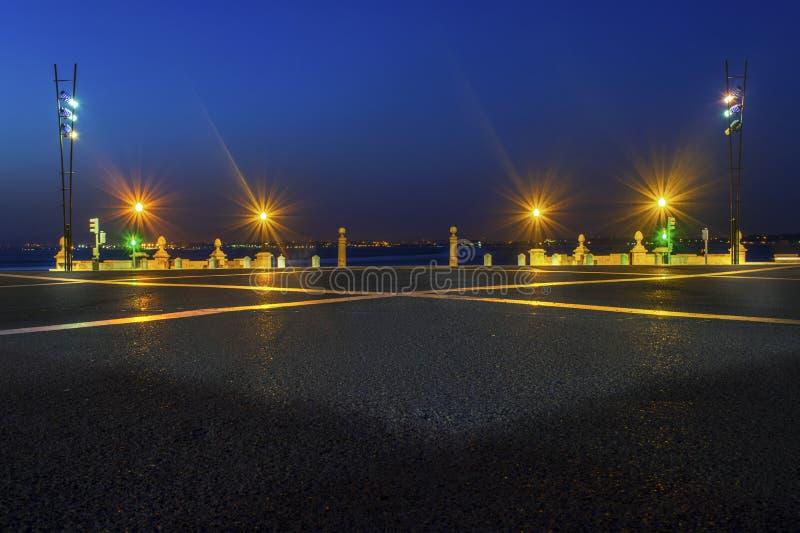 Площадь на зоре рекой стоковое изображение rf