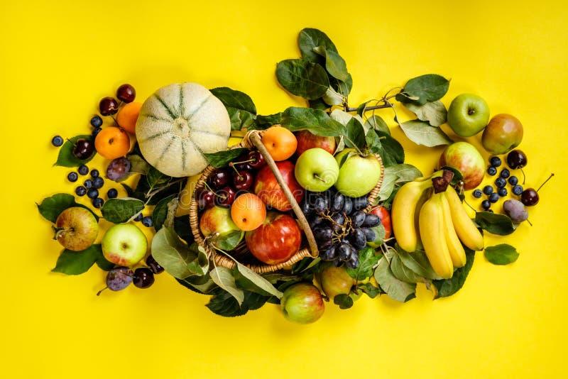 Площадь свежих фруктов и ягод на желтом фоне стоковое фото