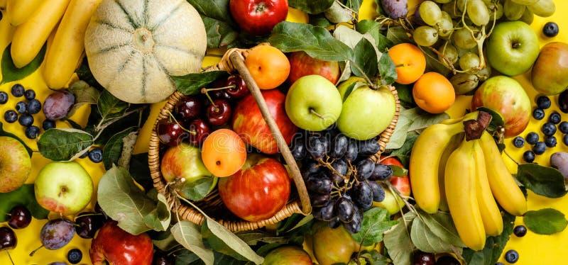 Площадь свежих фруктов и ягод на желтом фоне стоковые изображения