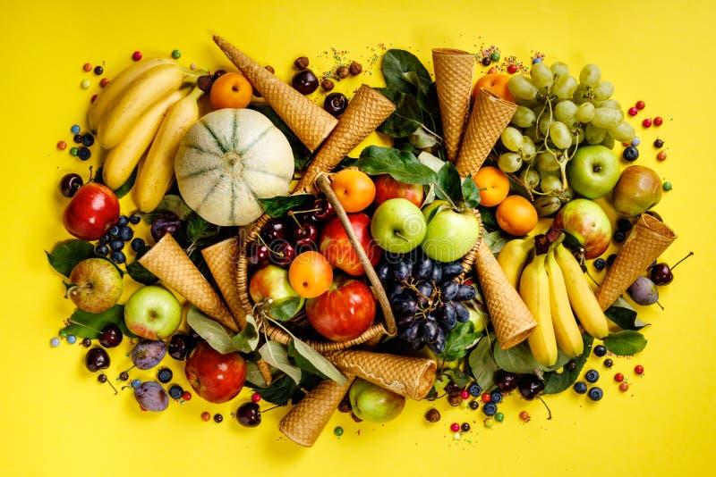 Площадь фруктов, ягод и мороженого на желтом фоне стоковая фотография rf