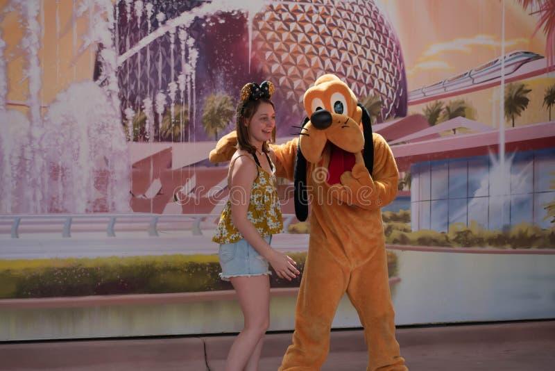 Плутон обнимая девушку на Epcot в мире 1 Уолт Дисней стоковые фотографии rf