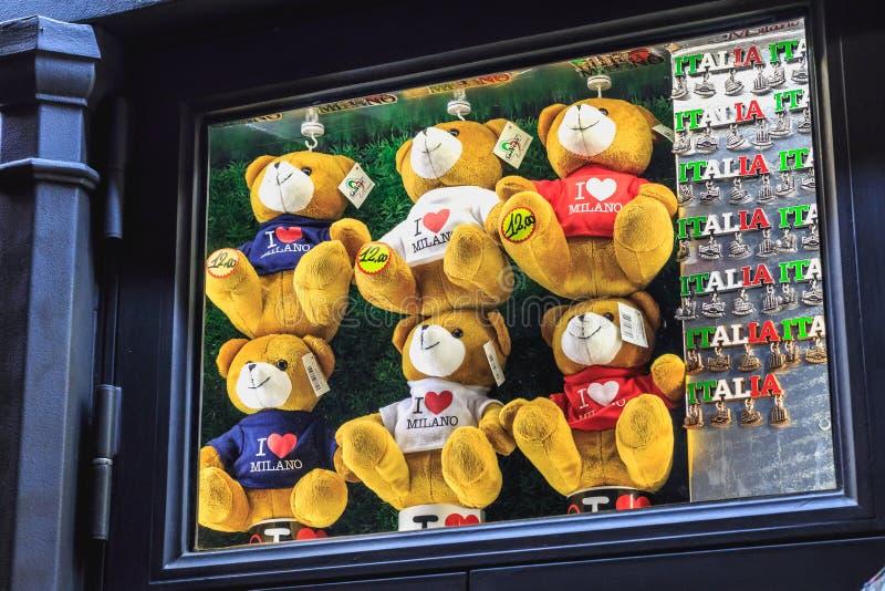 Плюшевые медвежоата выставок маленькие i любят милан и магниты Италию стоковая фотография