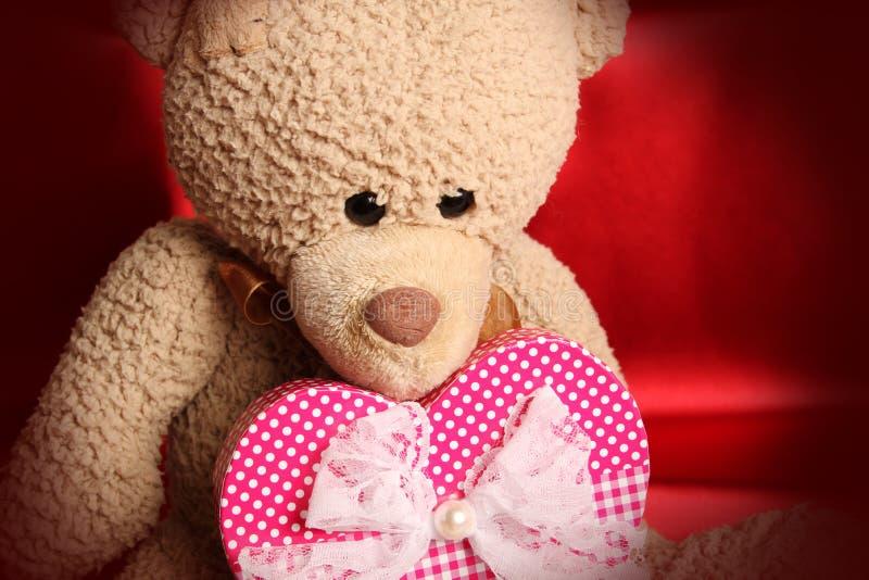 Плюшевый медвежонок с сердцем стоковое изображение rf