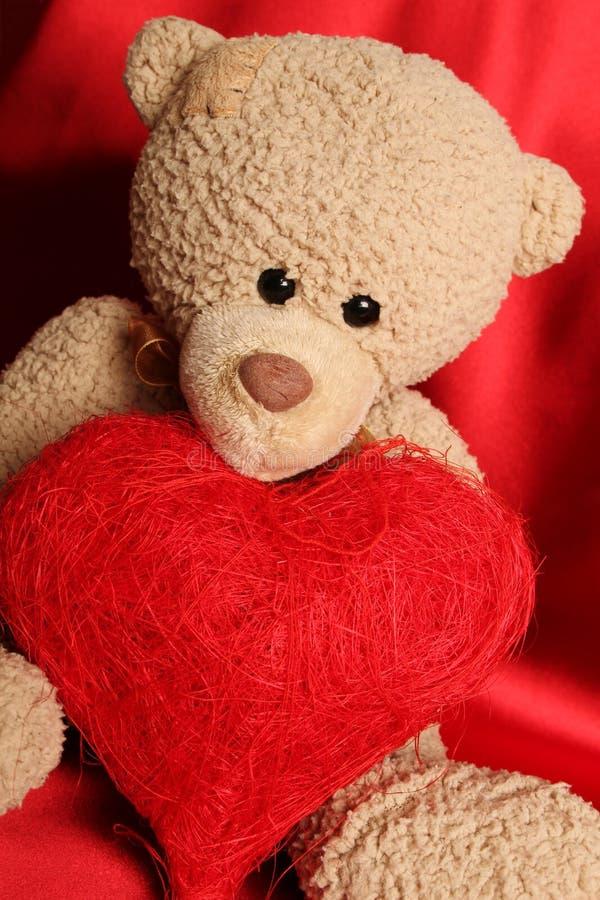 Плюшевый медвежонок с сердцем стоковые изображения