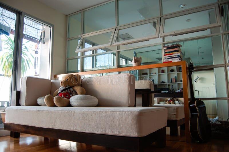 Плюшевый мишка, sofabed, живущая комната, кондоминиум, Бангкок стоковое изображение