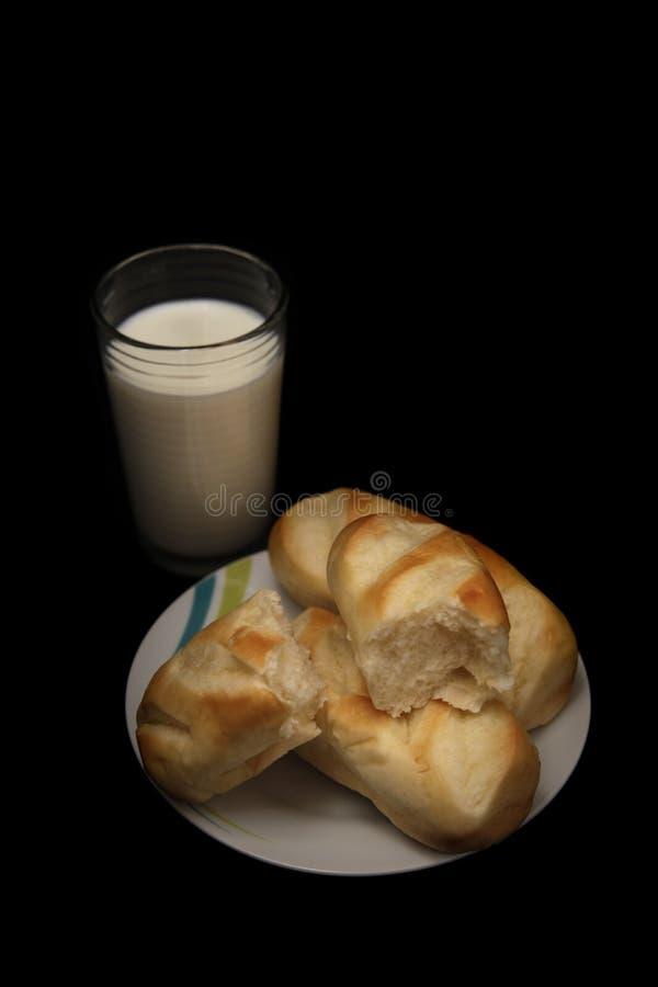 Плюшки светлого завтрака сочные и стекло парного молока стоковая фотография