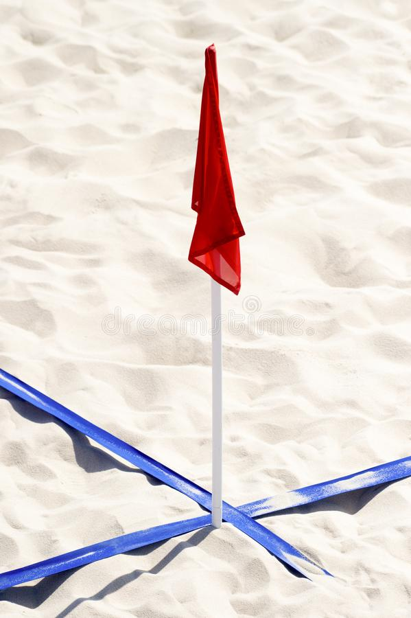 Пляжа футбола суда конец вверх и подробно с голубой пластиковой линией отметкой и эмблемой революции стоковое фото