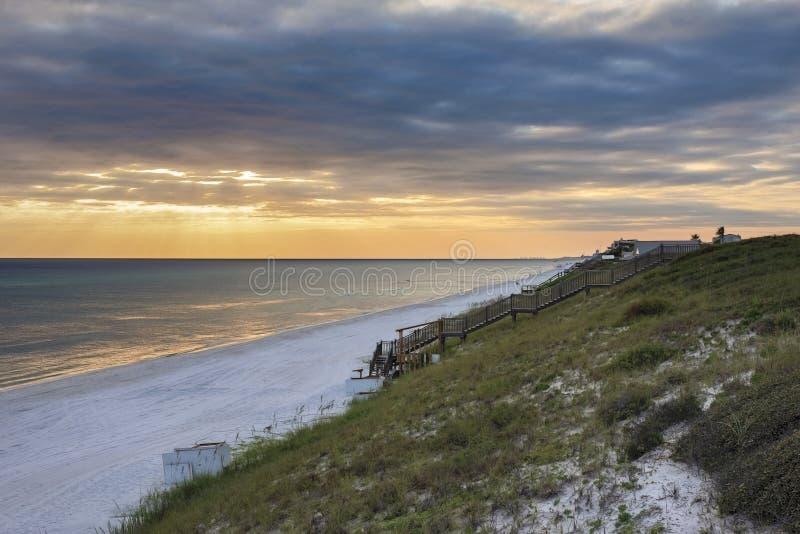 Пляжи сахара белые вдоль сценарного HWY 30a стоковое фото