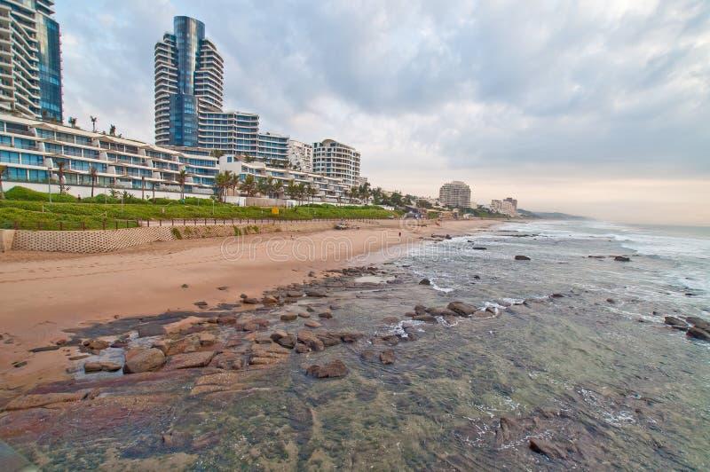 Пляжная сцена Umhlanga трясет Дурбан Южную Африку стоковое изображение