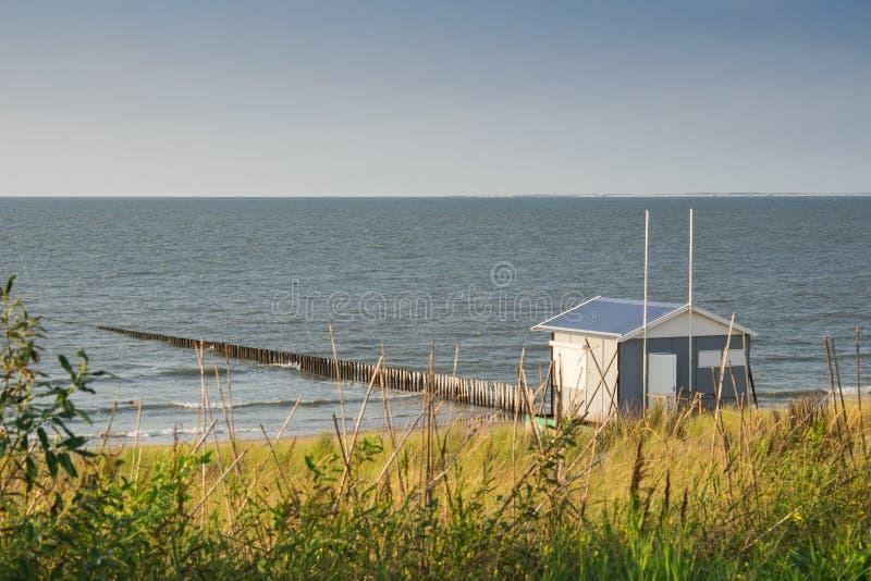 Пляжный домик вдоль береговой линии Северного моря, неудача Cadzand, Нидерланд стоковые изображения rf