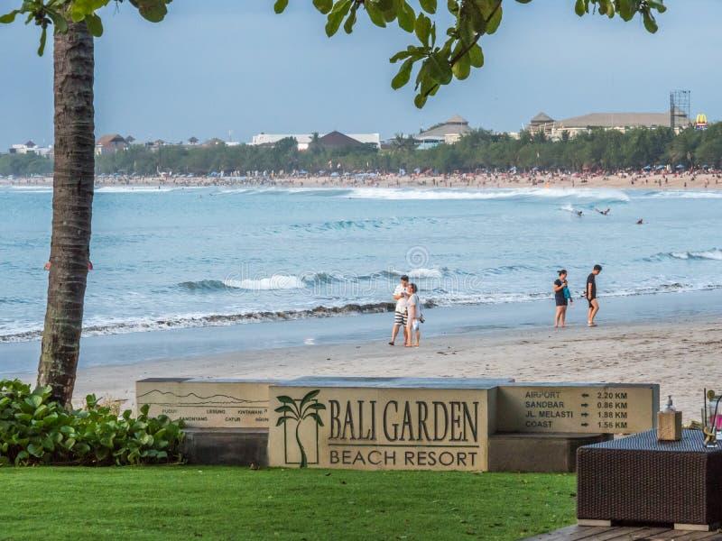 Пляжный комплекс сада Бали популярное место для обедающих захода солнца стоковая фотография