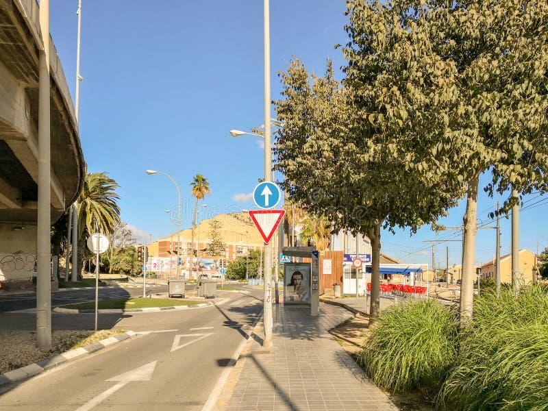 Пляж Аликанте Postiguet и замок Санта-Барбара в общине Испании Valencian стоковое изображение rf