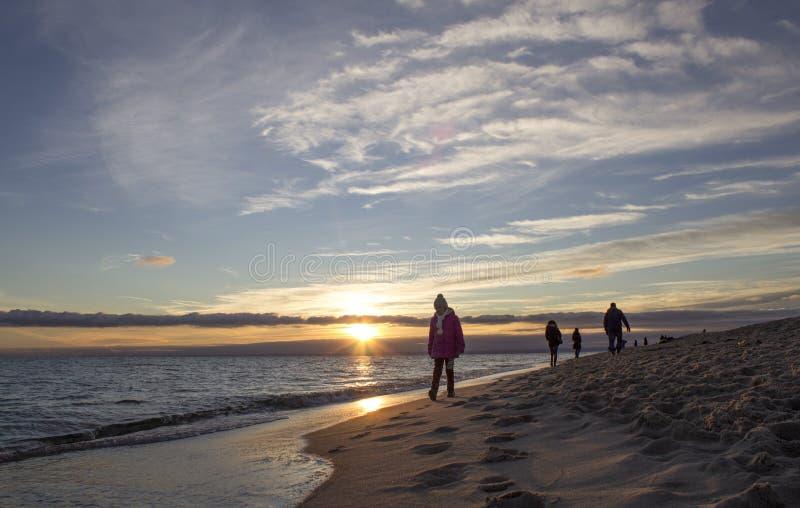 Пляж Балтийского моря Crowdy За день до Нового Года стоковая фотография rf