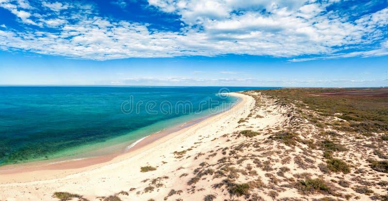Пляж в Австралии с облаками и дюнами стоковое фото rf