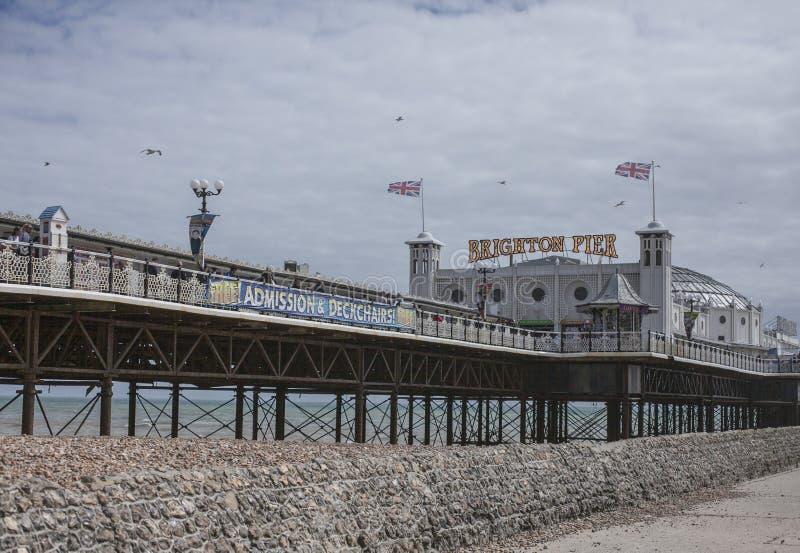Пляж в Брайтоне, Англии, Великобритании - пристани стоковые фото