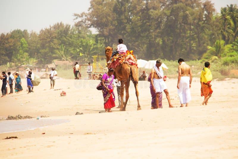 Пляж в Gokarna Коренной народ на пляже Gokarna, Karnataka, Индия Murch, 2016 стоковая фотография