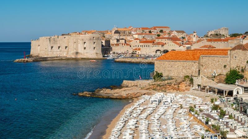 Пляж городка Дубровника старого в Далмации, Хорватии стоковые фото