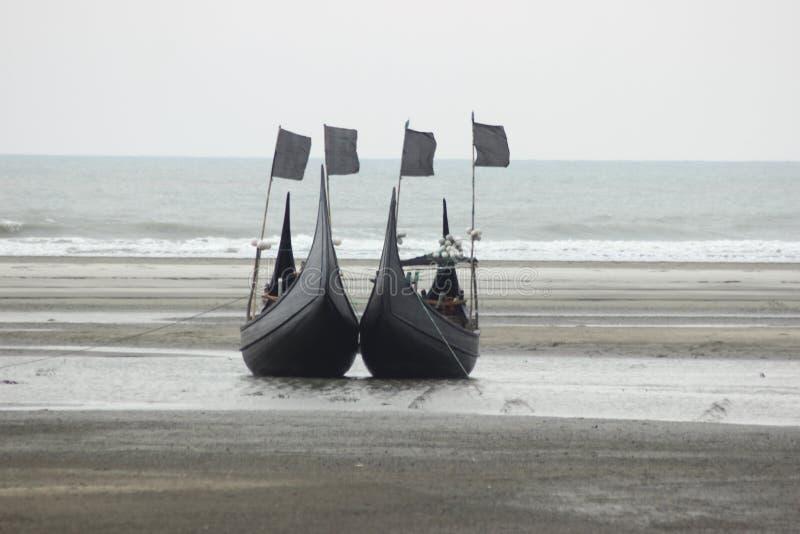 Пляж Динги-Лодка Инани, Две Лодки, Чтобы Срисовать, Выглядит Как ПарочкРстоковое изображение rf