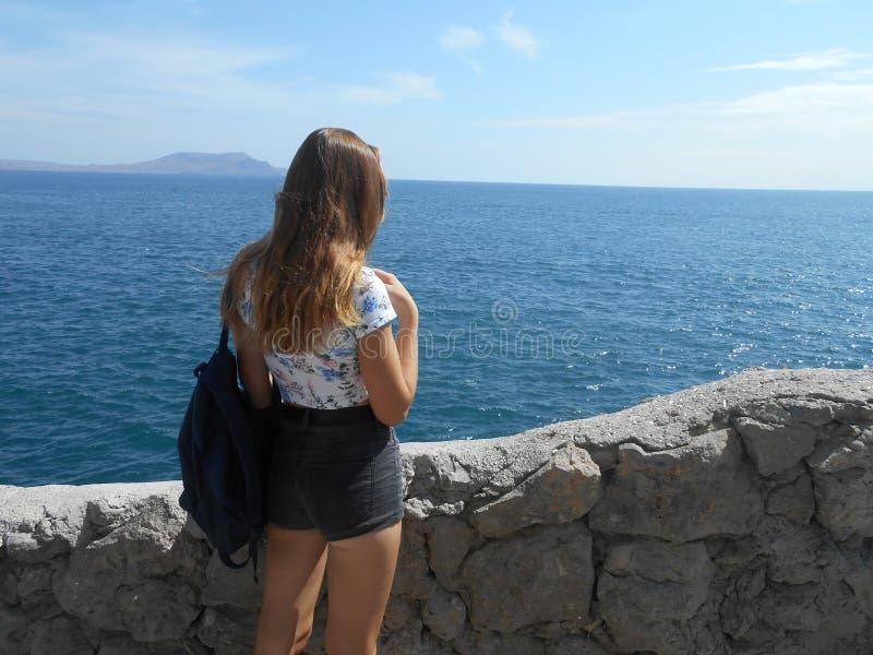 Пляж, женщина, море, вода, детеныш, океан, лето, красивое, персона, красота, люди, природа, синь, релаксация, каникулы, счастливы стоковое фото