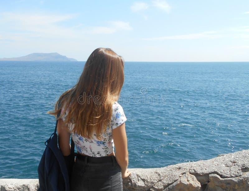 Пляж, женщина, море, вода, детеныш, океан, лето, красивое, персона, красота, люди, природа, синь, релаксация, каникулы, счастливы стоковые фотографии rf
