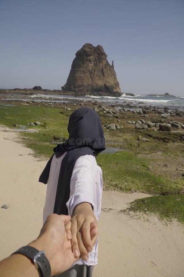 Пляж женщины-тревеллера Хиджаба Best Papuma расположен в городе Джембер-Ива-Ява, Индонезия стоковые изображения