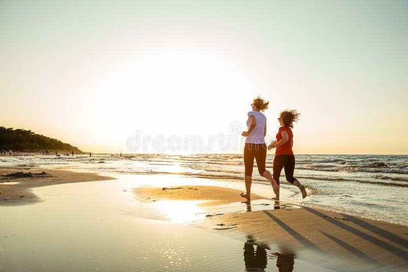 пляж 2 женщины стоковые фотографии rf