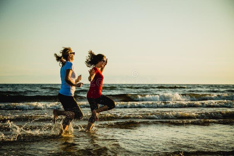 пляж 2 женщины стоковые фото