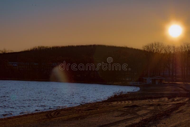 Пляж зимы на восходе солнца стоковые изображения