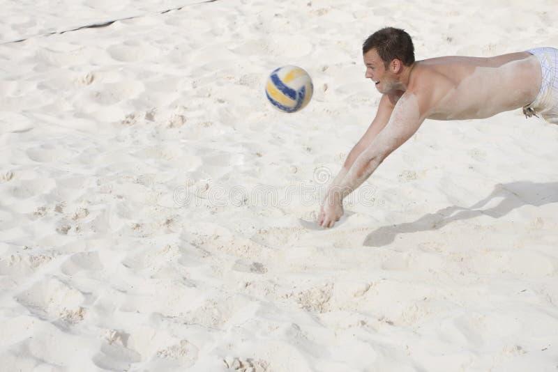 пляж играя волейбол стоковые изображения