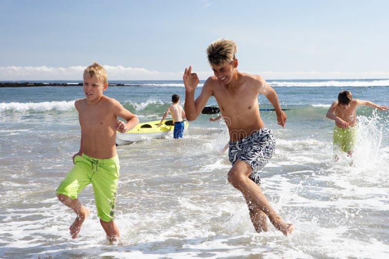 пляж играя подростки стоковая фотография rf