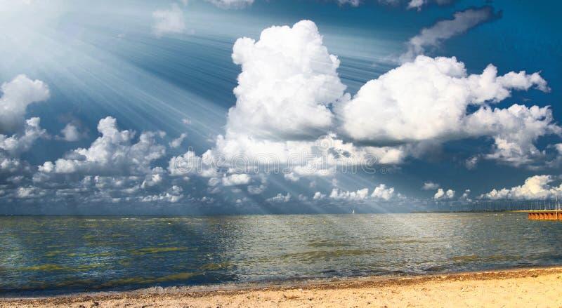 пляж испускает лучи свет стоковое фото