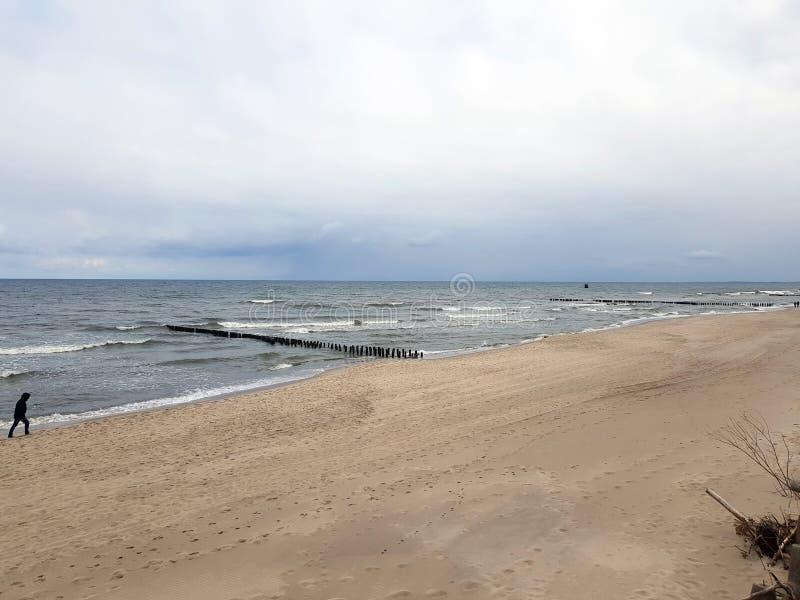 Пляж и море в холодном дне стоковая фотография rf