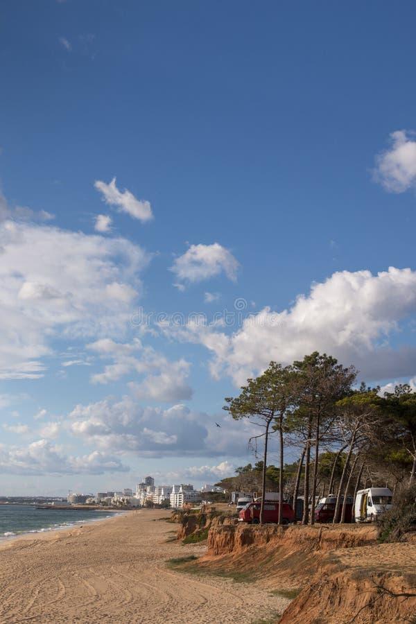 пляж и скалы в Quarteira стоковое фото