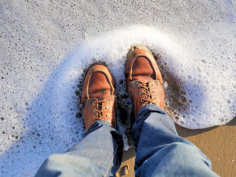 Пляж Калифорнии снял моих ботинок с lapping пены моря на моих ногах Для блогов перемещения как изображение знамени, график, социа стоковое фото rf