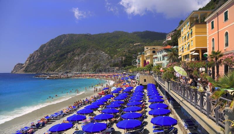 Пляж конематки Al Monterosso и архитектура, Cinque Terre стоковое изображение rf