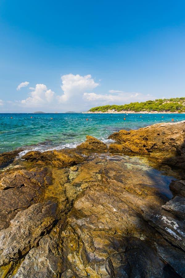 Пляж лагуны бирюзы Murter острова, Далмация, Хорватия стоковое изображение rf